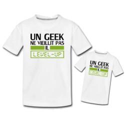 """Ensemble de deux T-shirts """"Un geek ne vieillit pa il level-up"""""""